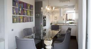 Stylowe meble, piękne oświetlenie w stylu glamour, amarantowa kanapa, biała modna kuchnia na wysoki połysk, a nawet łazienkowa bateria montowana do sufitu. W tym mieszkaniu każdy znajdzie coś dla siebie!
