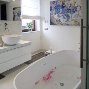 Płytki (szkliwiona mozaika Mix Bisazza i białe płytki podłogowe z włoskiej Iris Ceramica) zajmują w tej łazience tylko tyle miejsca, ile jest niezbędne. Fot. Marcin Onufryjuk.