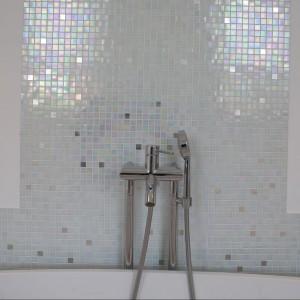 Na osi z wanną, centralnie między oknami zaprojektowano umywalkę Antonio Lupi. Postawiono ją na blacie, pod nim montując funkcjonalne szerokie szuflady. Fot. Marcin Onufryjuk.