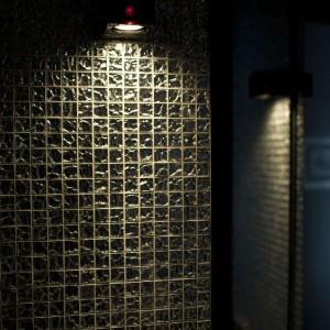 Lustrzana mozaika dała kapitalny efekt w małym wnętrzu łazienki. Fot. Marcin Onufryjuk.