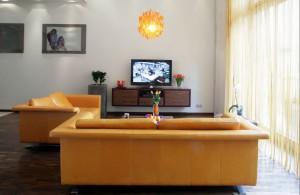 Szafka pod TV została wykonana na zamówienie, według projektu architekt. Mebel w palisandrowej okleinie koresponduje z podłogą z palisandrowych desek. Wybór padł akurat na ten rodzaj egzotycznego drewna z uwagi na jego specyficzną, fioletową poświatę – wpisującą się w śliwkową aranżację mieszkania. Fot. Monika Filipiuk.