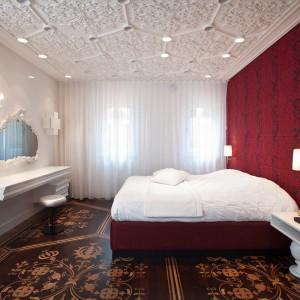 Baśniowa sypialnia utrzymana w stylu całego domu. Fot. Marcel Wanders Interiors.