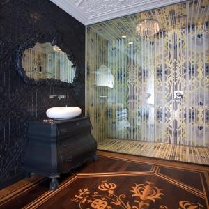 Łazienka z kabiną z luksusowej mozaiki i ścianą w koronowe ornamenty, przy której stanęła zdobiona szafka z owalną umywalką. Fot. Marcel Wanders Interiors.
