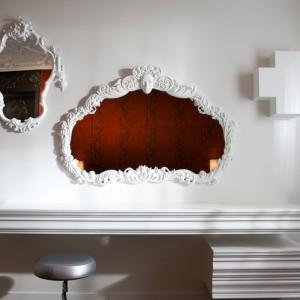 Toaletka z rzeźbionymi białymi lustrami prezentuje się lekko i kobieco. Fot. Marcel Wanders Interiors.