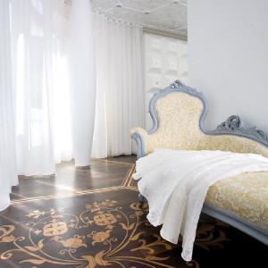 Stylowy szezlong zdobi część przestrzeni dziennej. Fot. Marcel Wanders Interiors.