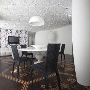 W jadalni stanęły dekorowane w koronkowy wzór krzesła. Fot. Marcel Wanders Interiors.