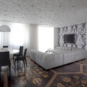Stylowy pokój dzienny ze zjawiskowym sufitem odwzorowującym misterną koronkę. Fot. Marcel Wanders Interiors.