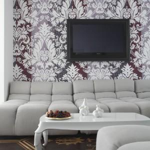 Ornamentowana tapeta za meblami wypoczynkowymi. Fot. Marcel Wanders Interiors.