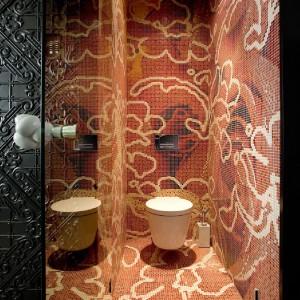 Jedna z łazienek, z bogatym mozaikowym wzorem na całej powierzchni. Fot. Marcel Wanders Interiors.