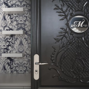 Detal rzeźbionych drzwi. Fot. Marcel Wanders Interiors.