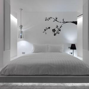 Czarna naklejka wprowadza ciekawy akcent do minimalistycznej sypialni.Fot. Hotel The Club / Proj. Ministry Of Design.