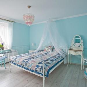 Rama łoża, utrzymana w staromodnej konwencji francuskich buduarów wprowadza do pomieszczenia ducha romantyczności. Fot. Agnieszka Węglarz.