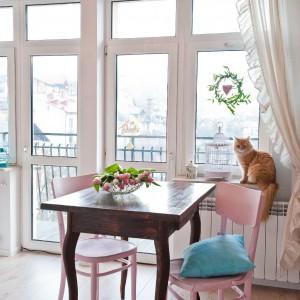 Ciepłą i przyjazną atmosferę wnętrza podkreśla wszechobecne światło. Parapet – kocie okno na świat, gości także białą klatkę pełniącą funkcję ozdobną. Fot. Agnieszka Węglarz.
