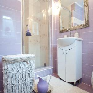 Lawenda , jako motyw przewodni osobistej łazienki gospodarzy, przejawia się w tonacji płytek i elementach dekoracyjnych. Fot. Agnieszka Węglarz.