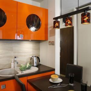 Kolor pomarańczowy jest nie tylko energetyczny, ale i apetyczny. Nigdzie nie pasuje zatem bardziej, niż do kuchni. Projekt: Jolanta Kwilman, fot. Monika Filipiuk.