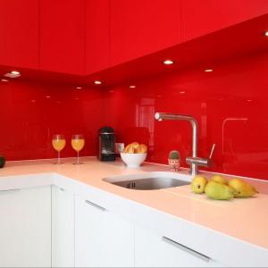 Biały i czerwony to nie tylko nasze barwy narodowe. To także zestaw kolorystyczny doskonale sprawdzający się w nowoczesnej kuchni. Projekt: Iza Szewc, fot. Bartosz Jarosz.