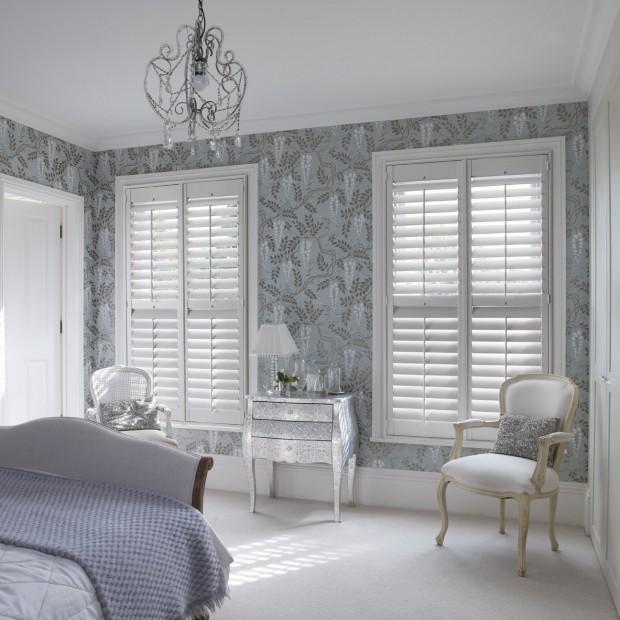 Żaluzje - pomysł na aranżację okna w sypialni
