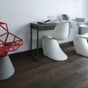 Zamiłowanie architekta do pereł światowego designu przejawia się szczególnie w doborze siedzisk. W pokoju pracy  Panton znalazł się w towarzystwie Chair_One.  Fot. Bartosz Jarosz.