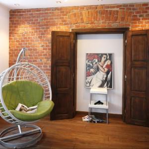 Fotel  o fenomenalnej formie -  ergonomiczny i wygodny. Cieszy oko i prowokuje, by przysiąść choć na chwilę… Fot. Bartosz Jarosz.