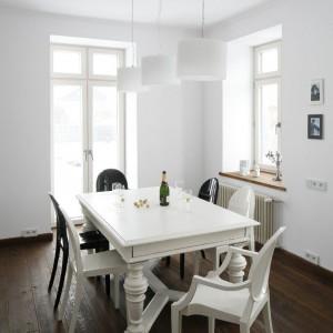 Malowanie podłóg farbami olejnymi było powszechnym zjawiskiem w latach 30. XX wieku.  Wykończenie drewnianej podłogi według mody z tamtych lat oraz starannie odrestaurowany stół wprowadziły do wnętrza jadalni przedwojenny klimat.  Fot. Bartosz Jarosz.