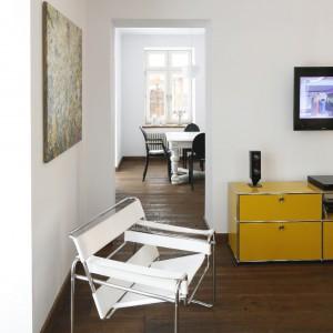 Harmonijne zestawienie minimalistycznych form kreuje salon na wnętrze niezwykle proste, ale nasycone kontrastowymi barwami. Na zdjęciu fotel The Wasilly Chair (proj. Marcel Breuer) Knoll Studio.  Fot. Bartosz Jarosz.