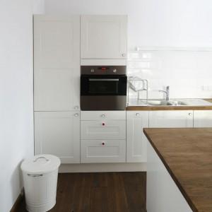 Zabudowa kuchenna IKEA, podłoga – surowa deska dębowa olejowana i szczotkowana, płytki ścienne  Zień Tubądzin.  Fot. Bartosz Jarosz.
