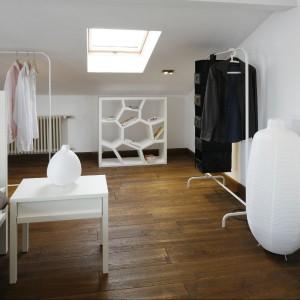 Stolik, wieszak garderobiany IKEA, lampa podłogowa i lampka na stoliku IKEA, regał Opus Casamania.  Fot. Bartosz Jarosz.