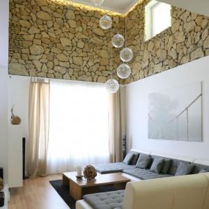 Naturalny piękny kamień jest największą ozdobą tego nowoczesnego domu. Proj. wnętrza Małgorzata Błaszczak.