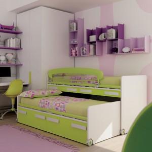 Kompaktowy zestaw łóżek jest kluczowym elementem zielono-liliowego pokoju dla rodzeństwa. Fot. Moretti Compact.