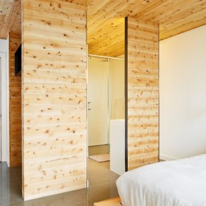 Drewniane ściany i sufity znalazły się w każdym pomieszczeniu. Fot. Ulysee Lemerise Bouchard, YUL Photo.