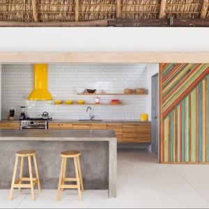 Kuchnia z wyspą i słonecznym okapem. Fot. Cinco Patas al Gato.