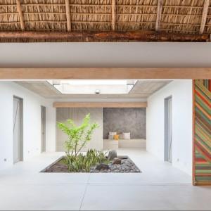 Prosta minimalistyczna przestrzeń ozdobiona odrobiną koloru. Fot. Cinco Patas al Gato.