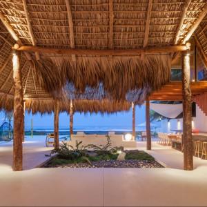 Otwarta przestrzeń dzienna w pięknym plażowym bungalowie. Fot. Cinco Patas al Gato.