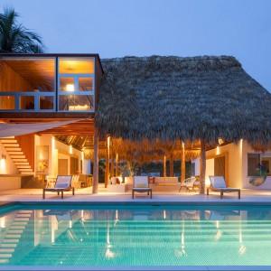 Z kuchni i jadalni już tylko krok na tropikalną plażę. Fot. Cinco Patas al Gato.