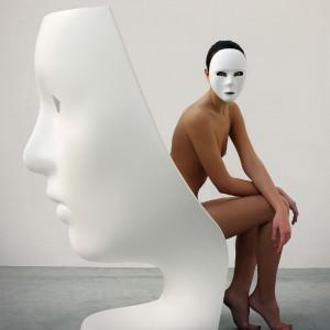 Fotel Nemo przedstawiający kobiecą twarza. Proj. Fabio Novembre. Fot. Driade.