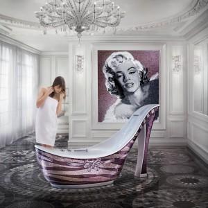 Kobieca kolekcja mozaiki włoskiej marki Sicis. Z małych płytek stworzono nie tylko obraz jednej z najsłynniejszych kobiet kina, ale także wyjątkową wannę -pantofelek. Fot. Sicis.