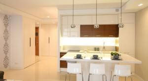 Architekt Ewa Gumkowska pomaga w zaprojektowaniu ustawienia kuchni oraz korytarza.