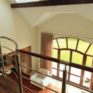 Na wyższą kondygnację prowadzą schody z drewna w kolorze gorzkiej czekolady z metalowymi poręczami. Fot. Green Canoe.
