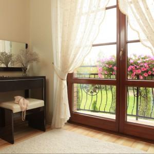 Duże drzwi balkonowe w sypialni doświetlają jej przestrzeń. Fot. Green Canoe.