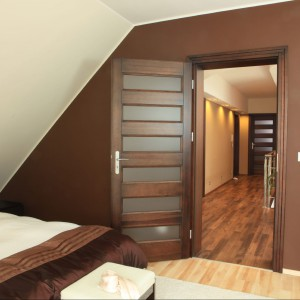 Czekoladowa kolorystyka ścian w sypialni. Fot. Green Canoe.