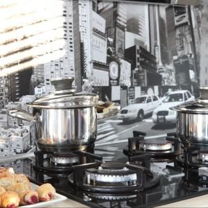 Fototapeta między szafkami kuchennymi z wielkomiejskim krajobrazem. Fot. Green Canoe.