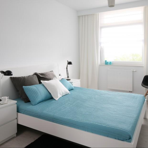 Minimalistyczna biało-turkusowa sypialnia