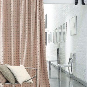 Zasłony można wykorzystać także do oddzielenia np. części salonowej od sypialnej wnętrza. Fot. Casadeco.