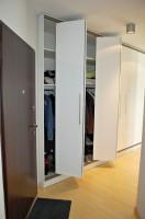 W przedpokoju znajduje się wygodna szafa z drzwiami łamanymi, zaprojektowana na wymiar.
