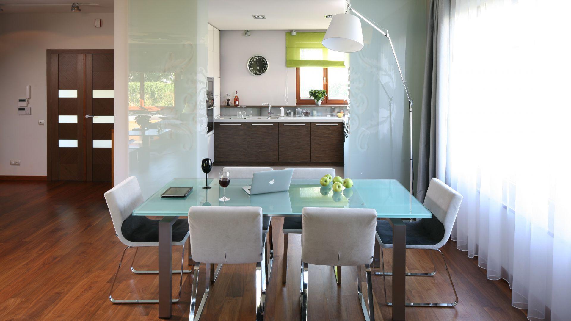 Na granicy kuchni i jadalnie znajdują się szklane drzwi. Nie dzielą one otwartej przestrzeni. Pozwalają za to szybko schować cały kuchenny bałagan. Fot. Bartosz Jarosz.