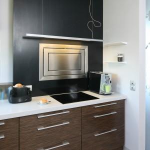 Okap (Faber) pełni zarówno funkcję czysto użytkową, jak i dekoracyjną. Ładnie prezentuje się na ciemnym panelu wykonanym z konglomeratu. Fot. Bartosz Jarosz