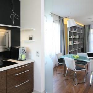 Jadalnia znajduje się przy kuchni. Jej usytuowanie jest wygodne i zapewnia rodzinie komfortowe korzystanie z dużego stołu. Fot. Bartosz Jarosz.