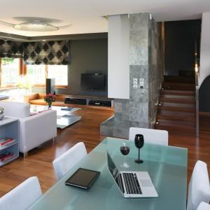 Prosty w formie, nowoczesny stół (Miniform) znakomicie pasuje do szarych ścian w salonie oraz ciepłej, drewnianej podłogi. Fot. Bartosz Jarosz.