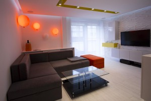 Minimalistyczne wnętrze inspirowane pop-artem. Wielka energia ukryta w kolorach, które zostały uspokojone bielą. Meble i sofa wykonane wg projektu.