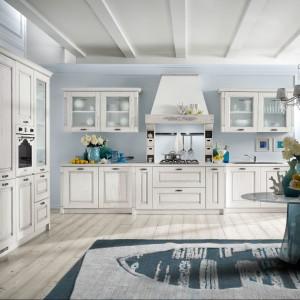 Fronty mebli z kolekcji Contea wykonane zostały z drewna w ładnym, unikalnym wykończeniu Bianco Decapé. Dostępne są także inne kolory. Wycena indywidualna, Home Cucine.